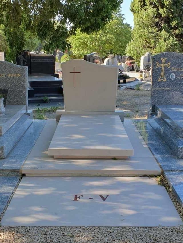 Monument funéraire en Pierre de Fontenay